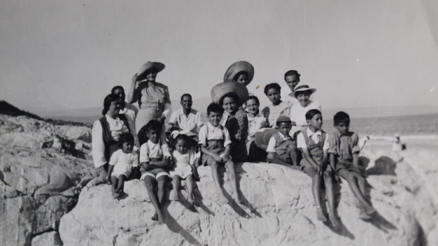 A 1948 photo of the happy Harker, Dunn and Carollisen families on the rocks on Hobie beach.